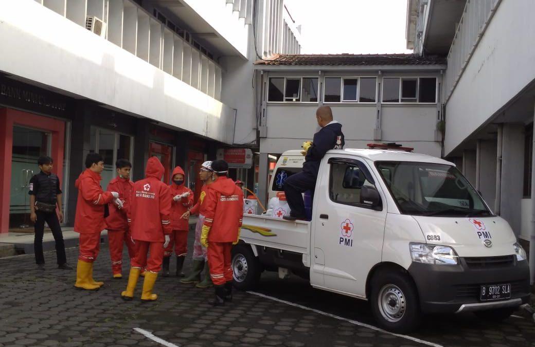Antisipasi Penyebaran Virus Corona Covid-19, PMI Lakukan Penyemprotan Desinfektan Di Seluruh Area Lingkungan Kampus Universitas Sangga Buana YPKP Bandung