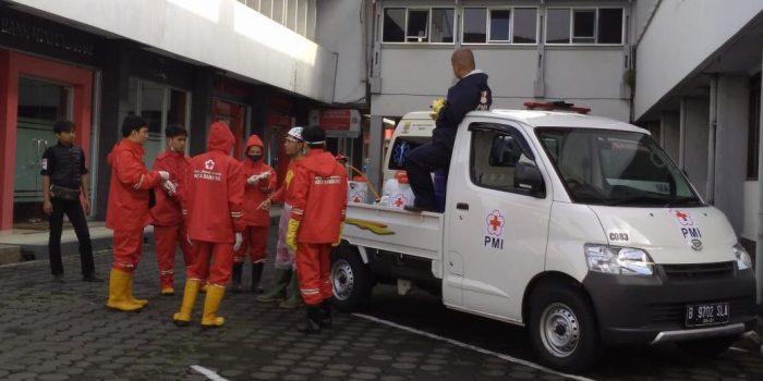 Penyemprotan Desinfektan Di Universitas Sangga Buana Bandung