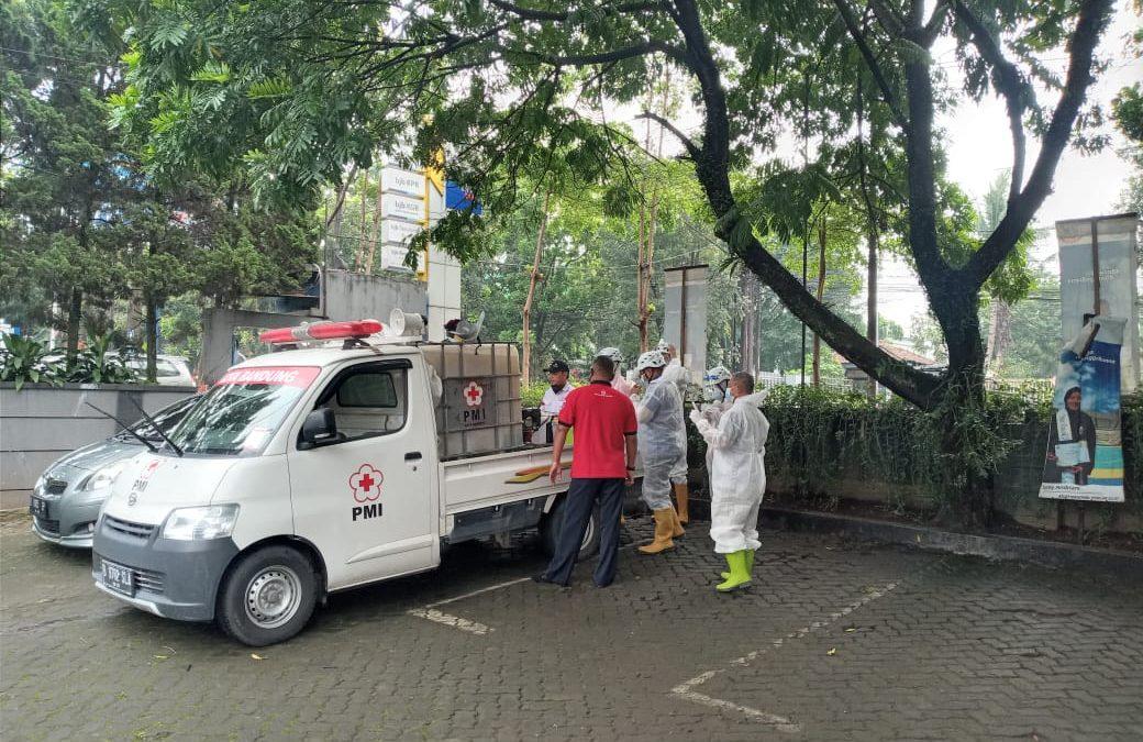 Universitas Sangga Buana Bekerjasama Dengan PMI Kota Bandung Lakukan Penyemprotan Desinfektan